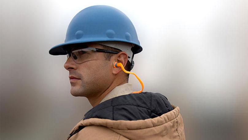 Sử dụng nút bịt tai chống ồn khi ngủ có ảnh hưởng đến sức khỏe không?